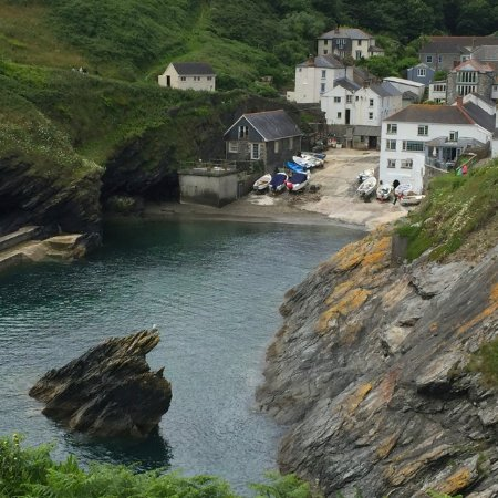 Portloe, UK: The hotel is the white building in the lower right