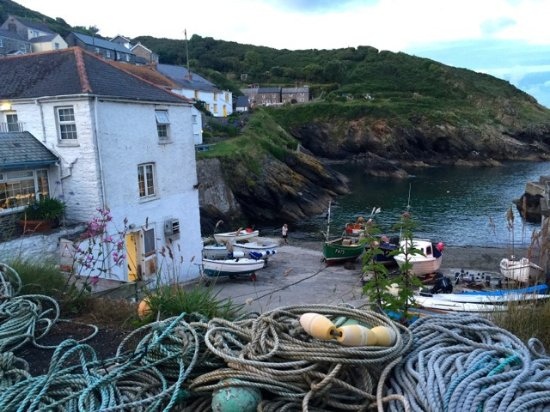 Portloe, UK: Hotel to the left and the view out across the harbour
