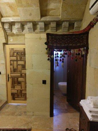 Vineyard Cave Hotel: Taş evlerde serin yaz akşamları...