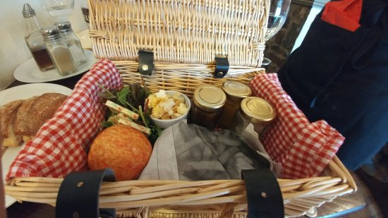 Pontyclun, UK: Ploughmans and berry cheesecake was very nice