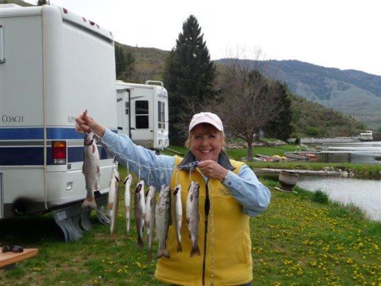 Spectacle Lake Resort: Happy Fisherwoman