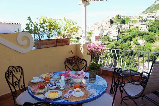 Villa Mary Suites: Breakfast on the terrace every day. Perfect Weather. Best way to start the morning.