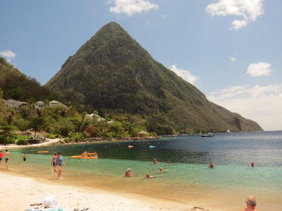 Vieux Fort, Santa Lucía: Swimming at the base of the pitons