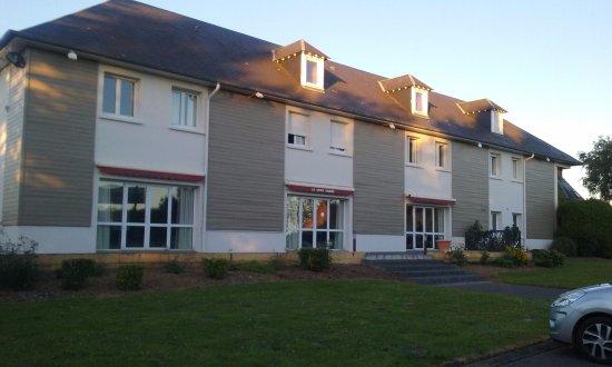 Hotel La Cour Carree : Vue de la façade de l'hôtel prise à partir du parking