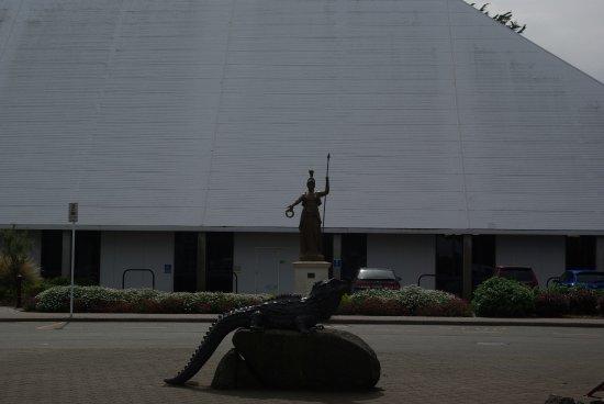 Invercargill, New Zealand: Tuatara et statue de Minerve