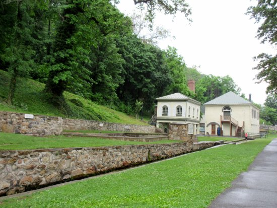 Berkeley Springs, Virginia Occidental: Old Roman Baths and Gentlemen's Spring with trough in foreground