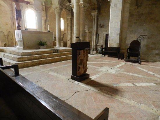 Abbazia di Sant'Antimo: Altare maggiore, sul fondo si vede la discesa alla cripta