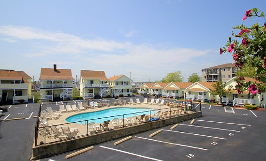 Mainsail Motel & Cottages : Our Centrally Located Heated Pool