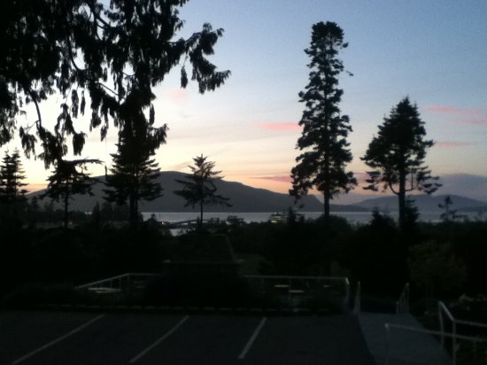 Anacortes Ship Harbor Inn: Sunset view from the parking lot of Ship Harbor Inn