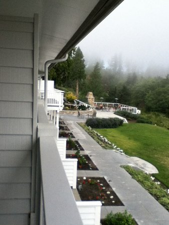 Anacortes Ship Harbor Inn: Balcony view of grounds and Puget Sound