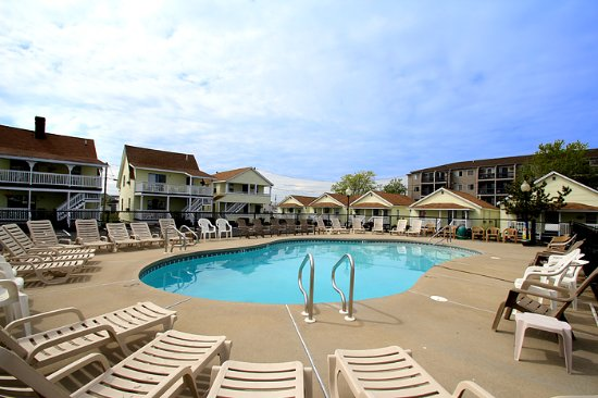 Mainsail Motel & Cottages : Outdoor Heated Pool