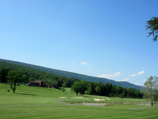 ‪‪Berkeley Springs‬, فرجينيا الغربية: Golf course and surrounding hills‬