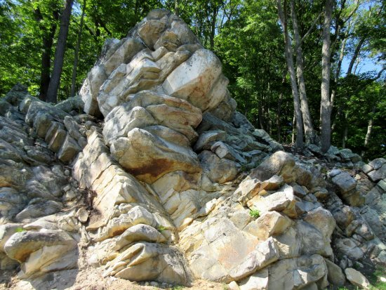 Berkeley Springs, เวสต์เวอร์จิเนีย: Oriskany sandstone outcropping on entrance-exit drive