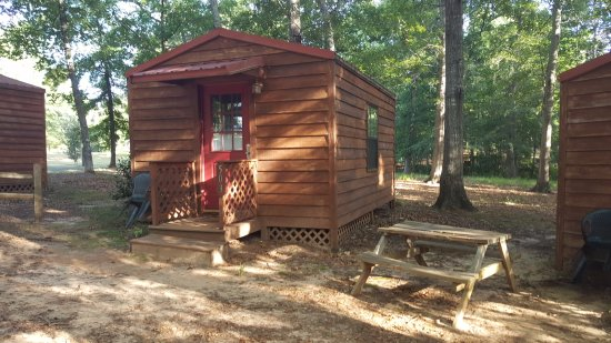 Unadilla, GA: Picnic table available outside sleeper cabin