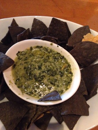 Leawood, Канзас: Spinach Artichoke dip with blue tortilla chips