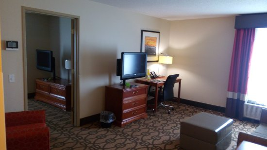 La Quinta Inn & Suites North Platte: A living-room with a door to the bedroom