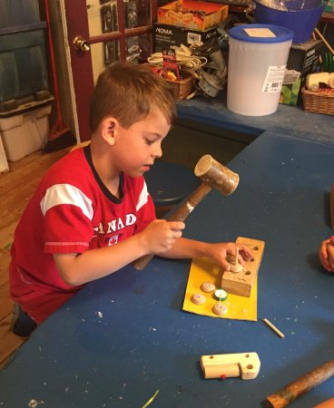 New Glasgow, Kanada: Making his own wooden toy car.