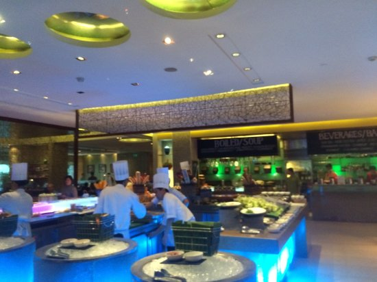 Heat, Edsa Shangri-la: Sweeping view of the buffet area