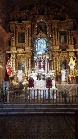 Pomata, Perù: Main altar Santiago Apostol Church