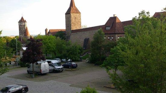 Hotel-Garni Hornburg: Vista linda doHotel. Pode-se ver a muralha logo em frente, a 100m do hotel.