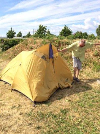 Dragør, Danmark: Pounding in a tent peg in our dry, forsaken tent-site!