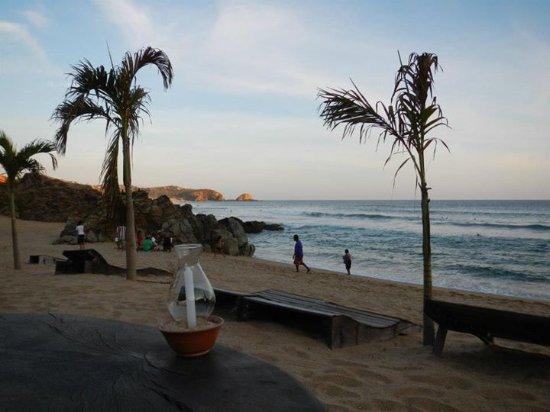 Restaurante El Alquimista : Mesa a la orilla de la playa