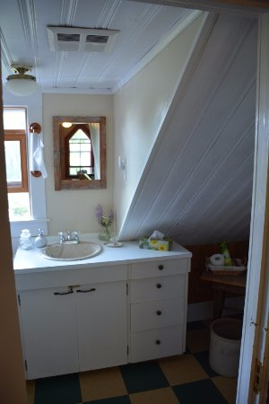 Garden House Bed and Breakfast: The shared bathroom