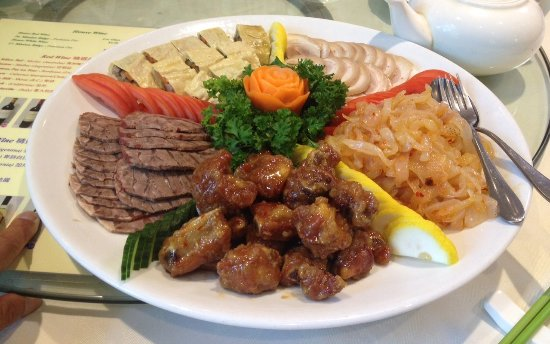Burnaby, Kanada: Appetizer platter - spareribs, jelly fish, pork hock, bean curd roll, sliced beef