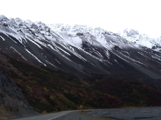 Parque Nacional y Reserva Wrangell-St Elias, AK: vista de las montañas junto a la carretera