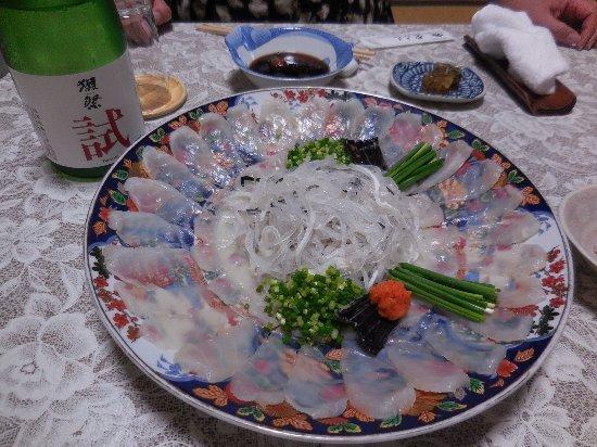 Shunan, اليابان: フク刺身。真ん中がフクの皮です。