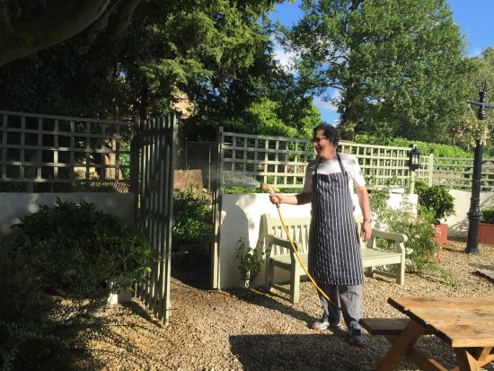 Kirtlington, UK: Chef Patron Bryn Jones who runs The Oxford Arms since 2003, watering the garden after Sunday lun