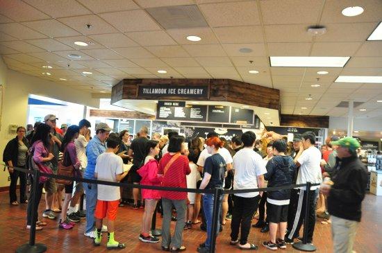 Тилламук, Орегон: Ice cream line up on first floor