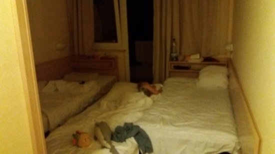 Hotel Delfin: Room with extra bed - unbelievable, how it is possible that they offer it?