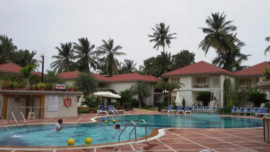 Radhika Beach Resort: pool and cottages make good cluster