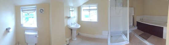 Tarvin, UK : Pano's of our room, nicely refurbished and pleasantly spacious with a historic low ceiling feeli