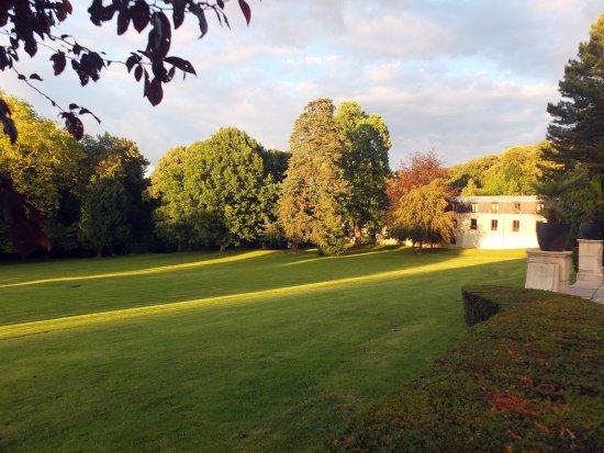 Maffliers, Γαλλία: le bâtiment de h'hôtel et la vaste pelouse