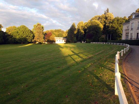 Maffliers, Γαλλία: le bâtiment de l'hôtel, le château et la pelouse