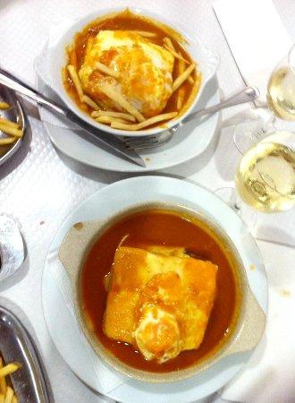 Vila Nogueira de Azeitao, Portugal: Francesinha com ovo estrelado