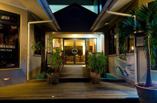 Anse Royale, Seychelles: night view of restaurant entrance