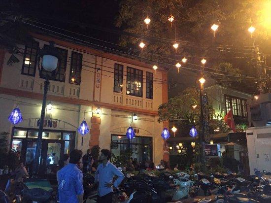 Puku Cafe and Sports Bar: Puku at night