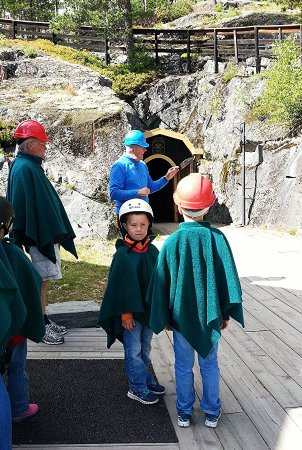 Buskerud, Norvège : Instructions from our guide before going into the mine