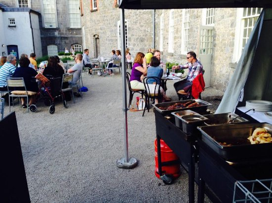 Celbridge, Irland: BBQ Family Friday Night at The Courtyard Café