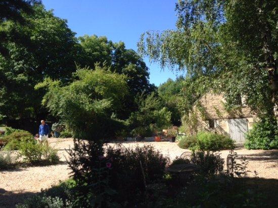 Saint-Jean-des-Mauvrets, France: En sortant de la chambre, dans le jardin fleuri, vue sur la petite maison décrite précédemment..
