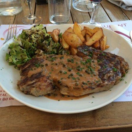 Jonzac, Frankrijk: Steak and chips main course!
