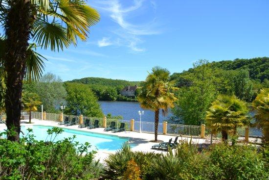 Lalinde, França: Zicht op rivier vanaf zwembad
