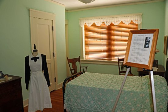 "Brownwood, Teksas: ""Harvey Girls"" living area with a typical uniform"