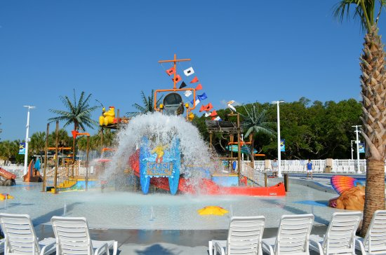 Ocean Lakes Family Campground: Sandy Harbor's Splash Zone features interactive water play for kids including a 400 gallon bucke