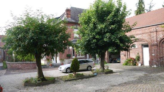 Albert, Fransa: Charming courtyard at Au Vintage