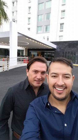 Victoria Ejecutivo Guadalajara: Afuera del hotel