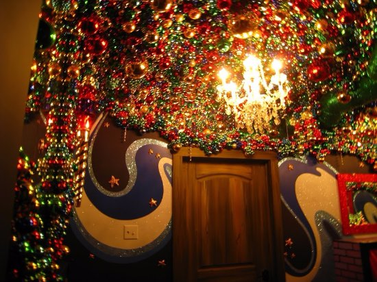 Medina, OH: Ceiling decorated with thousands of Christmas ornaments and lights
